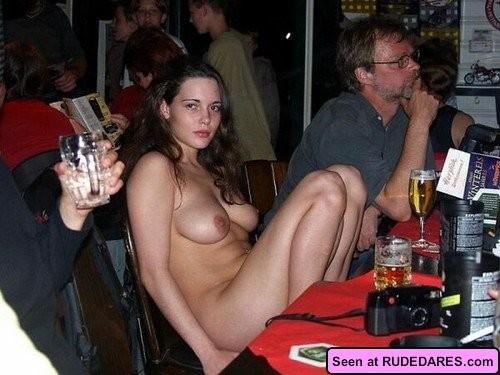 Пьяные девки с удовольствием оголяют свои большие буфера перед незнакомцами, сучки явно хотят траха