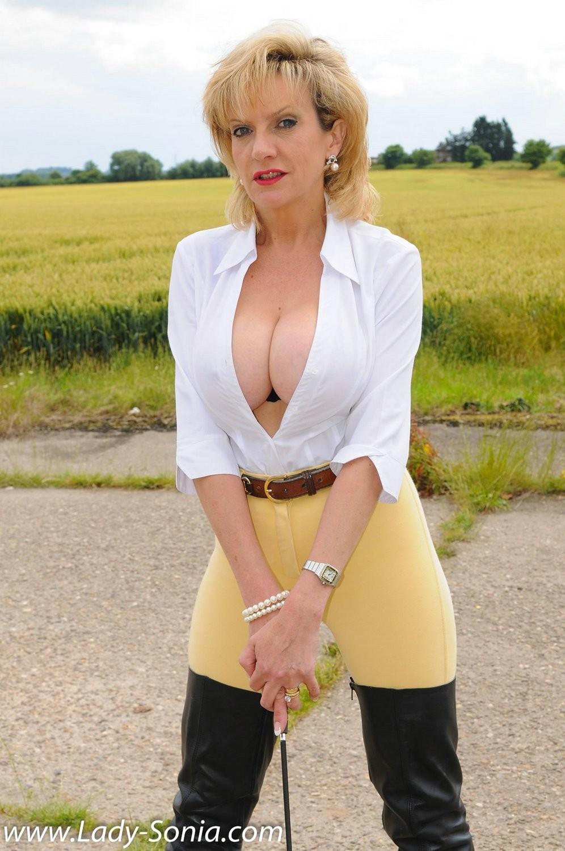 Леди Соня показывает свою задницу в облегающих брюках и поражает объемом груди