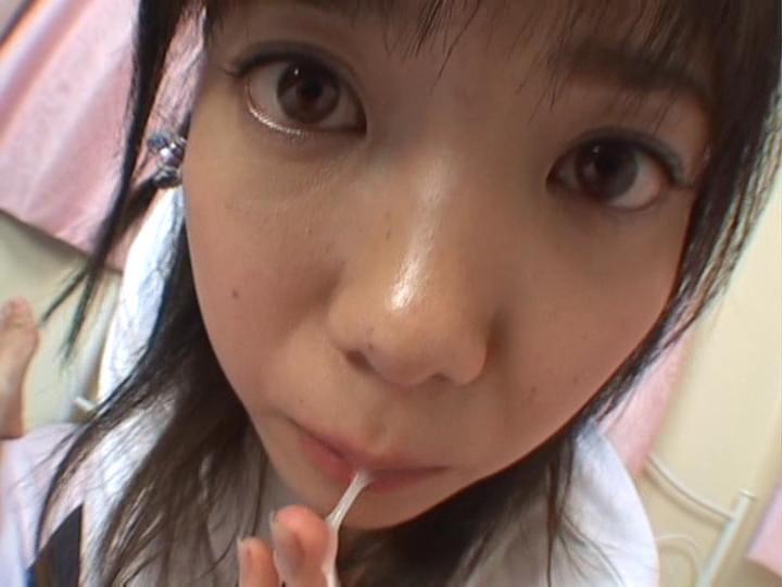 Миленькая азиатская девчонка очень нежно сосет и лижет крепкий пенис