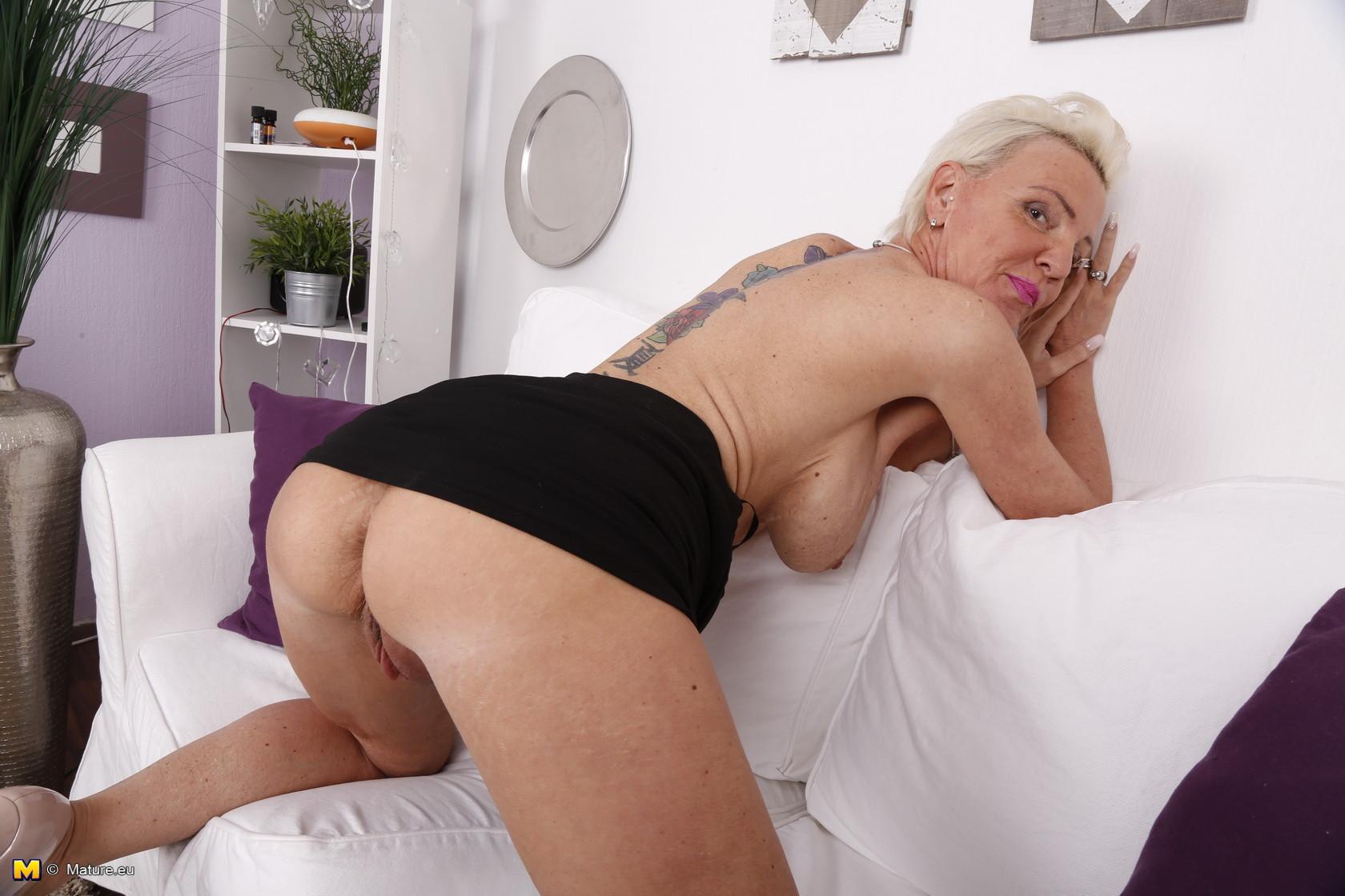 Зрелая блондинка спустив с себя трусики занимается соблазнением молодых
