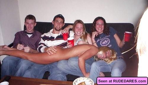 Голые девки кайфуют, показывая всем свои сексуальные тела и позволяя мужикам полапать себя