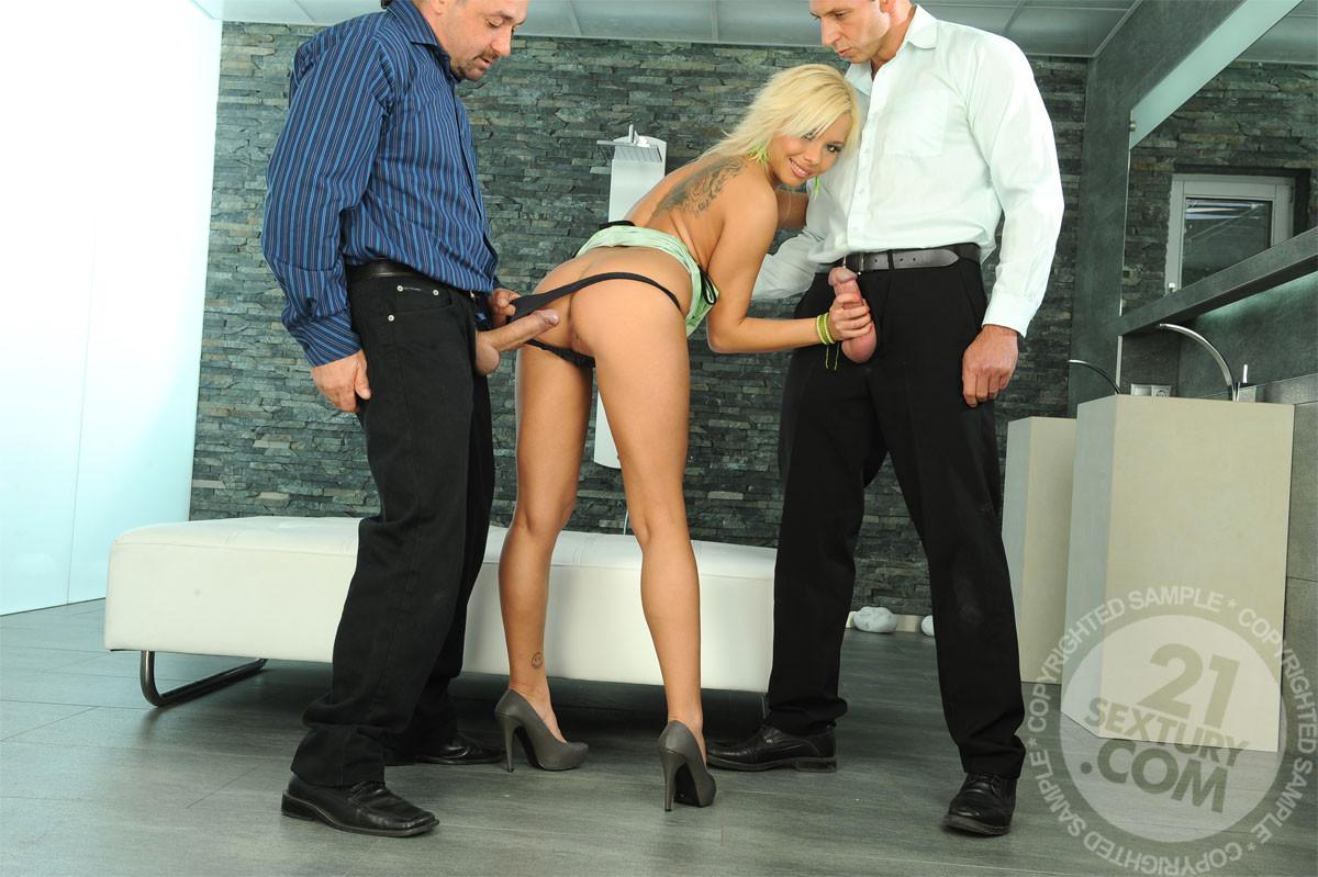 Горяченькая блондинка берет в ротик длинный хуй у парня и его друга