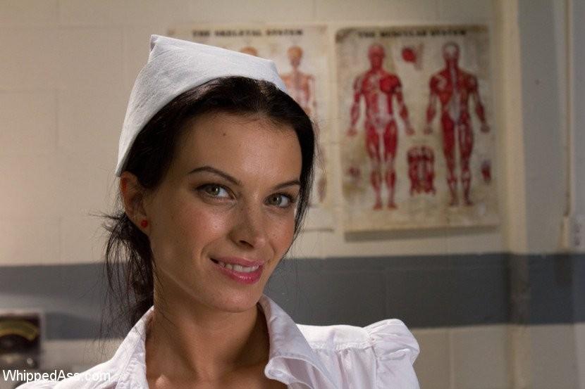 Тяжелобольной девушке срочно требуется твердый страпон в мокрой пизде, медсестра пришла ей на помощь и отымела даже задницу