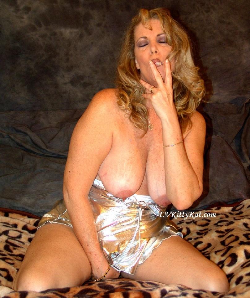 Зрелая мадам показала свои старые рыхлые сиськи всем желающим