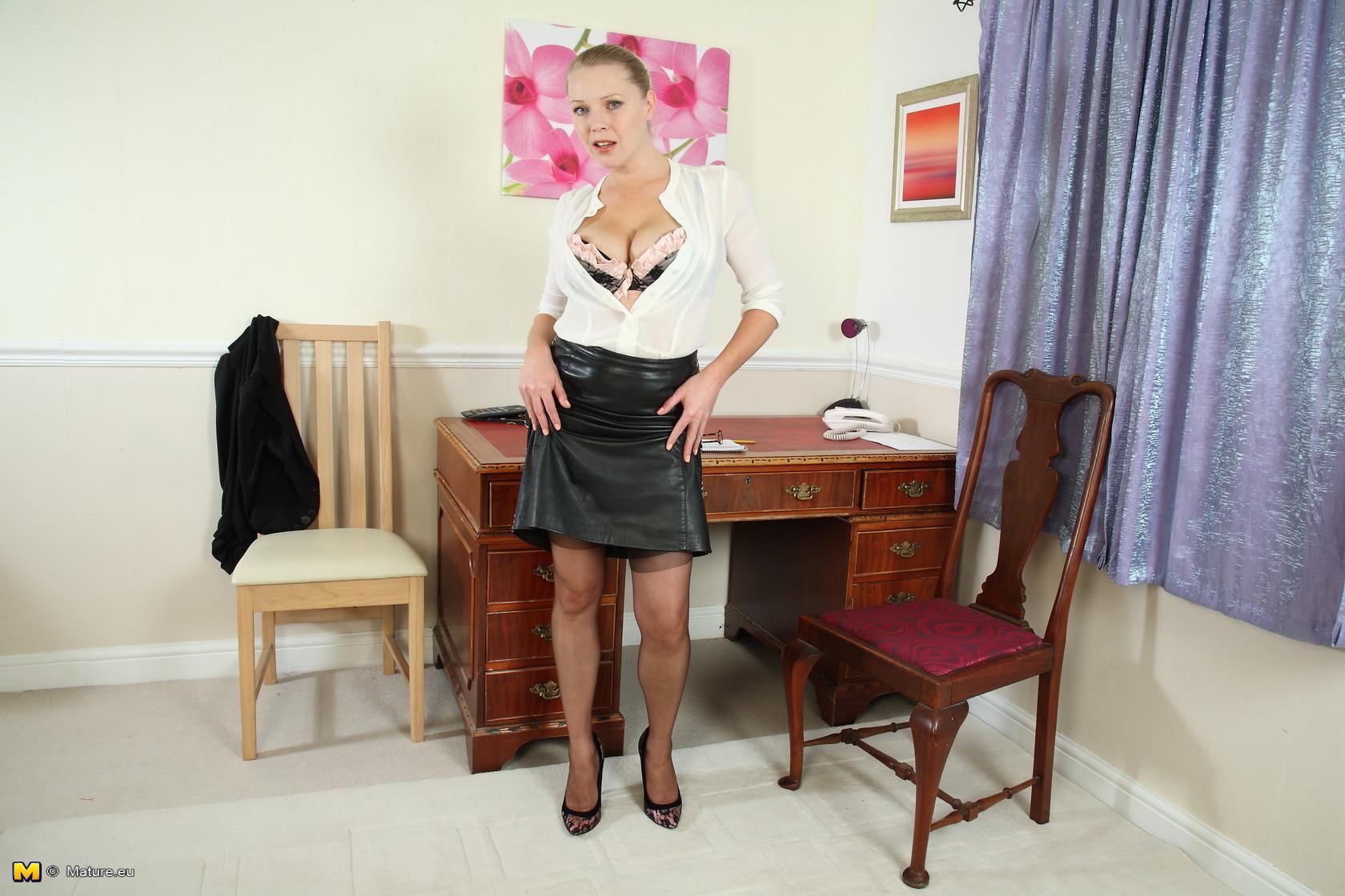 Девушке в офисной форме становится скучно и она решает немного пошалить перед камерой