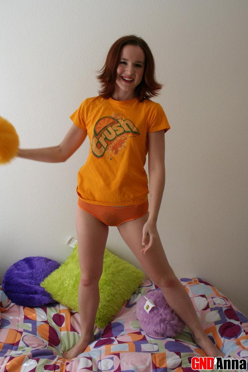 Анна раздевается на диване и показывает свое худенькое тело