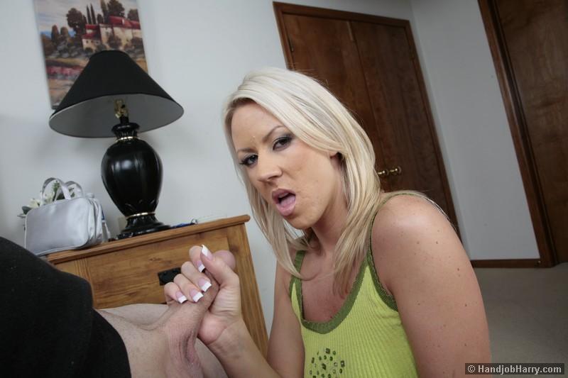 Сексуальная блондинка Кэролин Риз дрочит хуй своему любовнику между большими, красивыми сиськами
