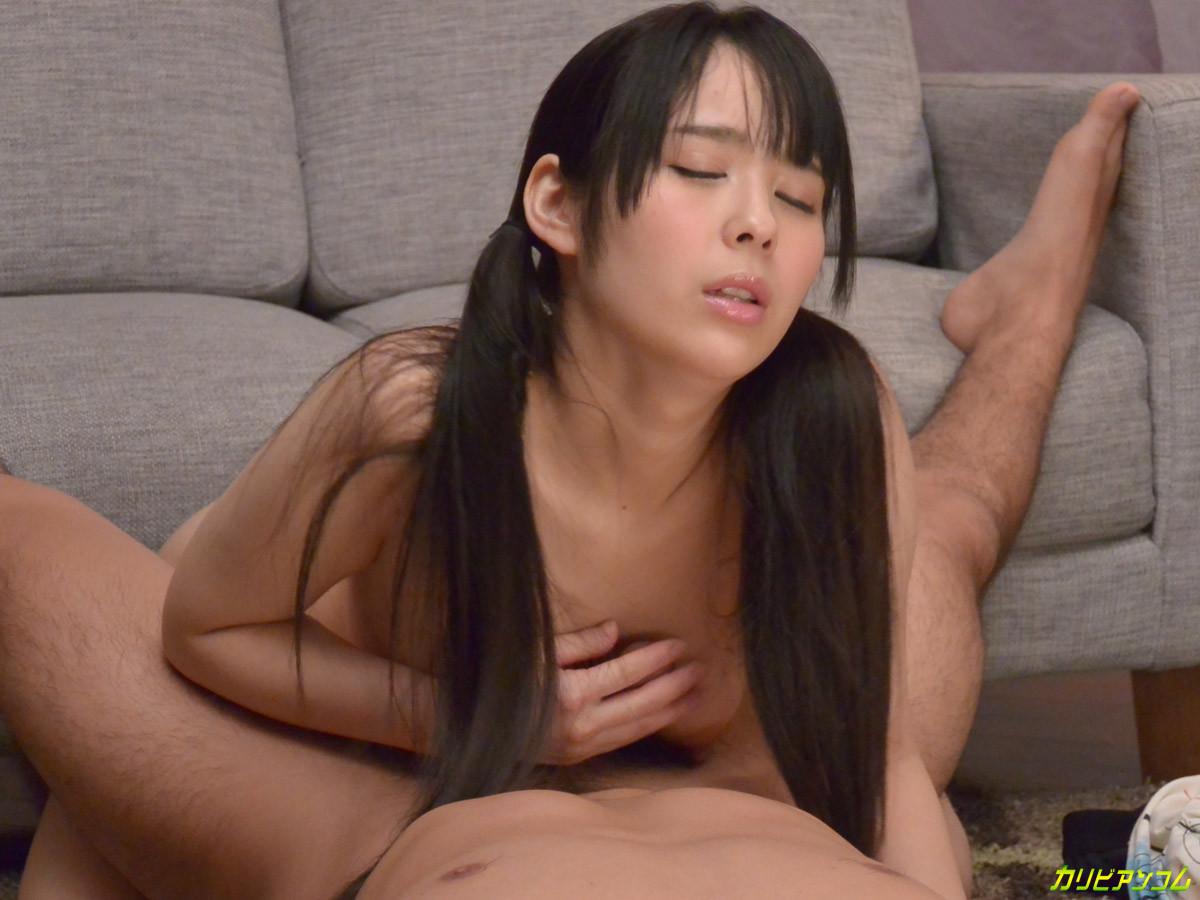 Азиатская телка ножками мастурбирует член своему парню а тот делает куник