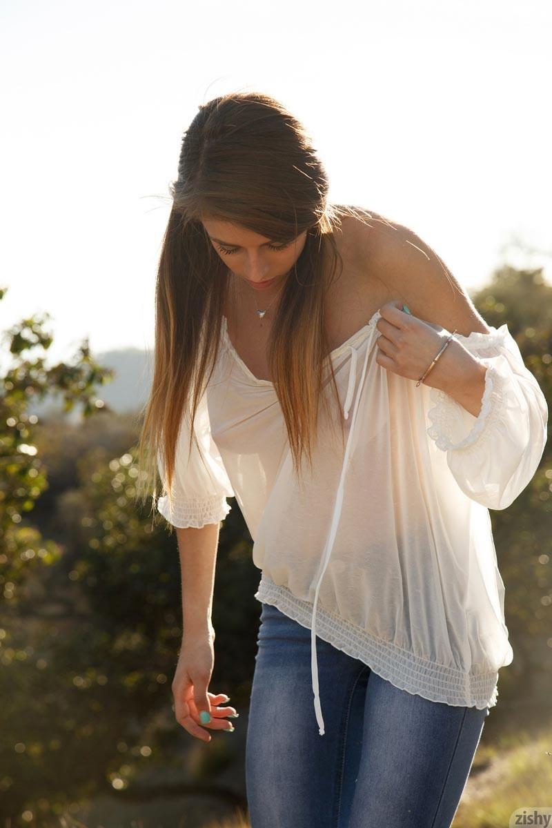 Грасию Тиббл уговорили снять лифчик и показать свои прелестные титьки, когда она гуляла на свежем воздухе