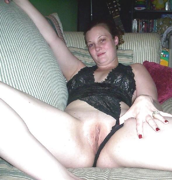 Брюнетка в домашних условиях показывает свое красивое тело друзьям