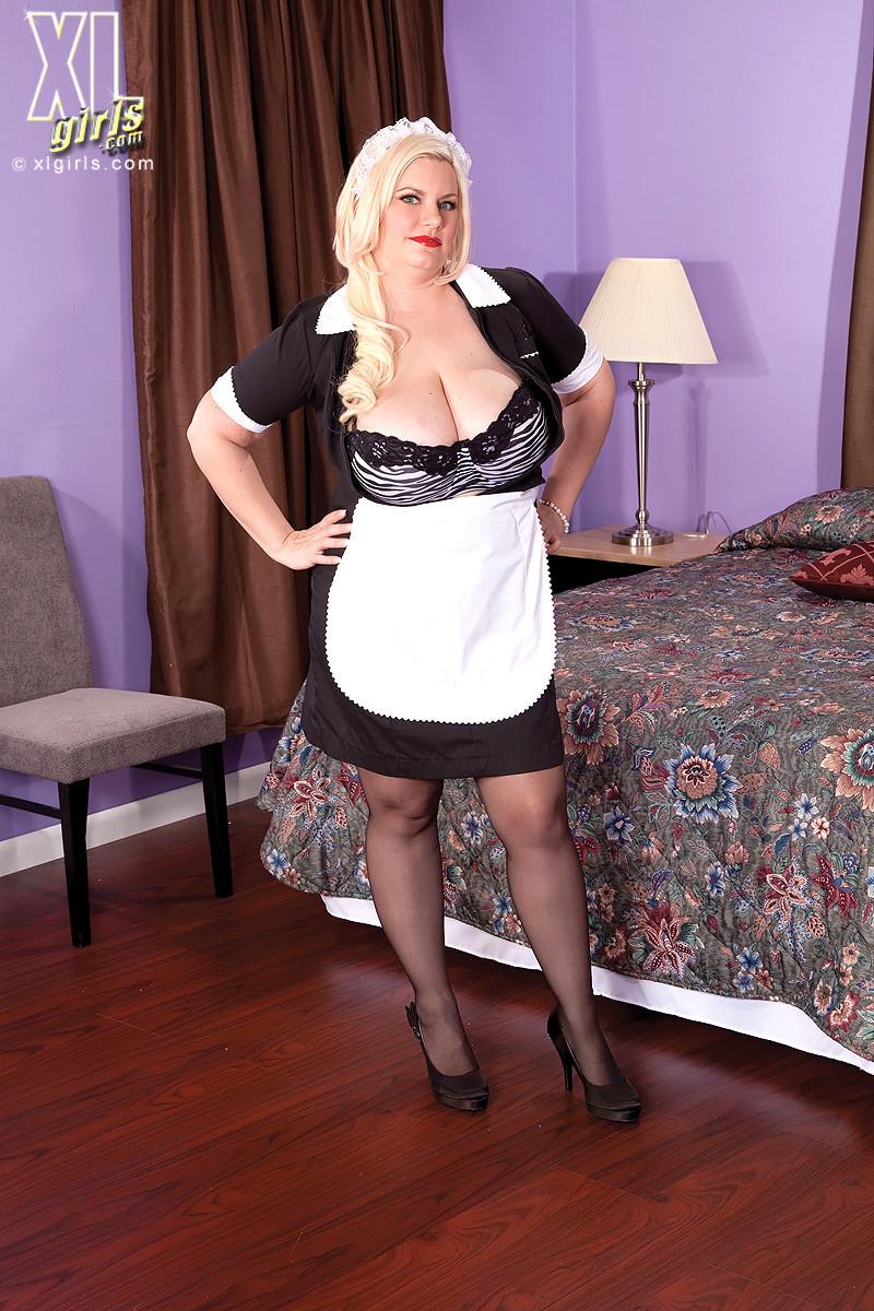 Толстая домработница занимается еблей в униформе в отеле