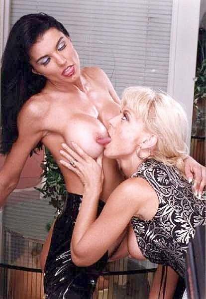 Нина Хартли и подружки показывают свои роскошные тела перед камерой, ничего не стесняясь