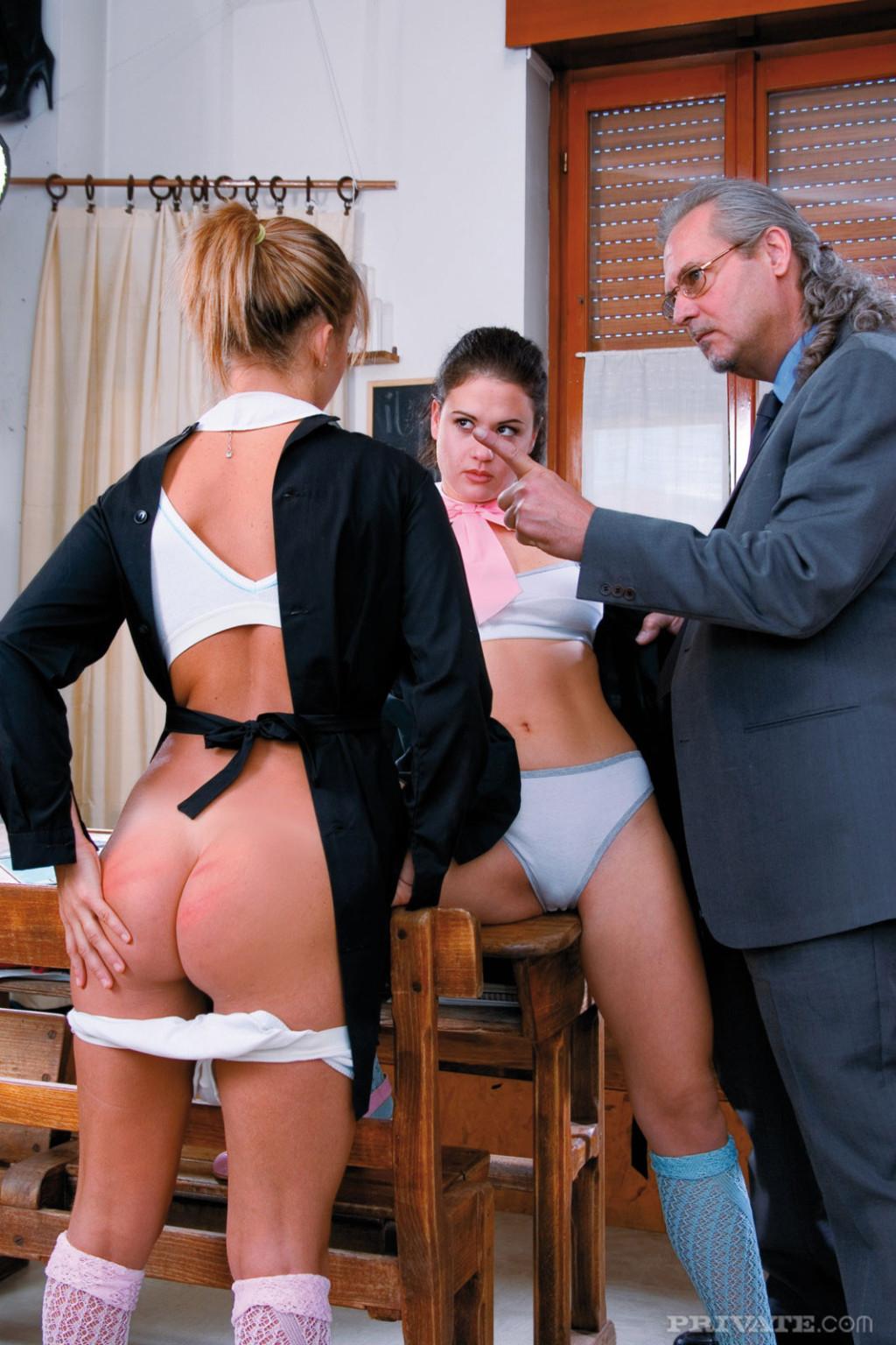 Мужчине в возрасте достается счастье оттрахать двух сексуальных сучек и доставить им удовольствие