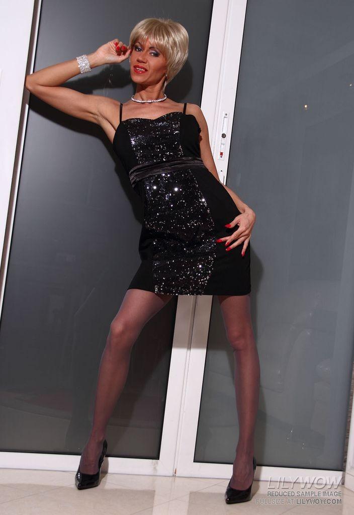 Блондинка на каблуках одела красивые колготки и попозировала перед фотографом