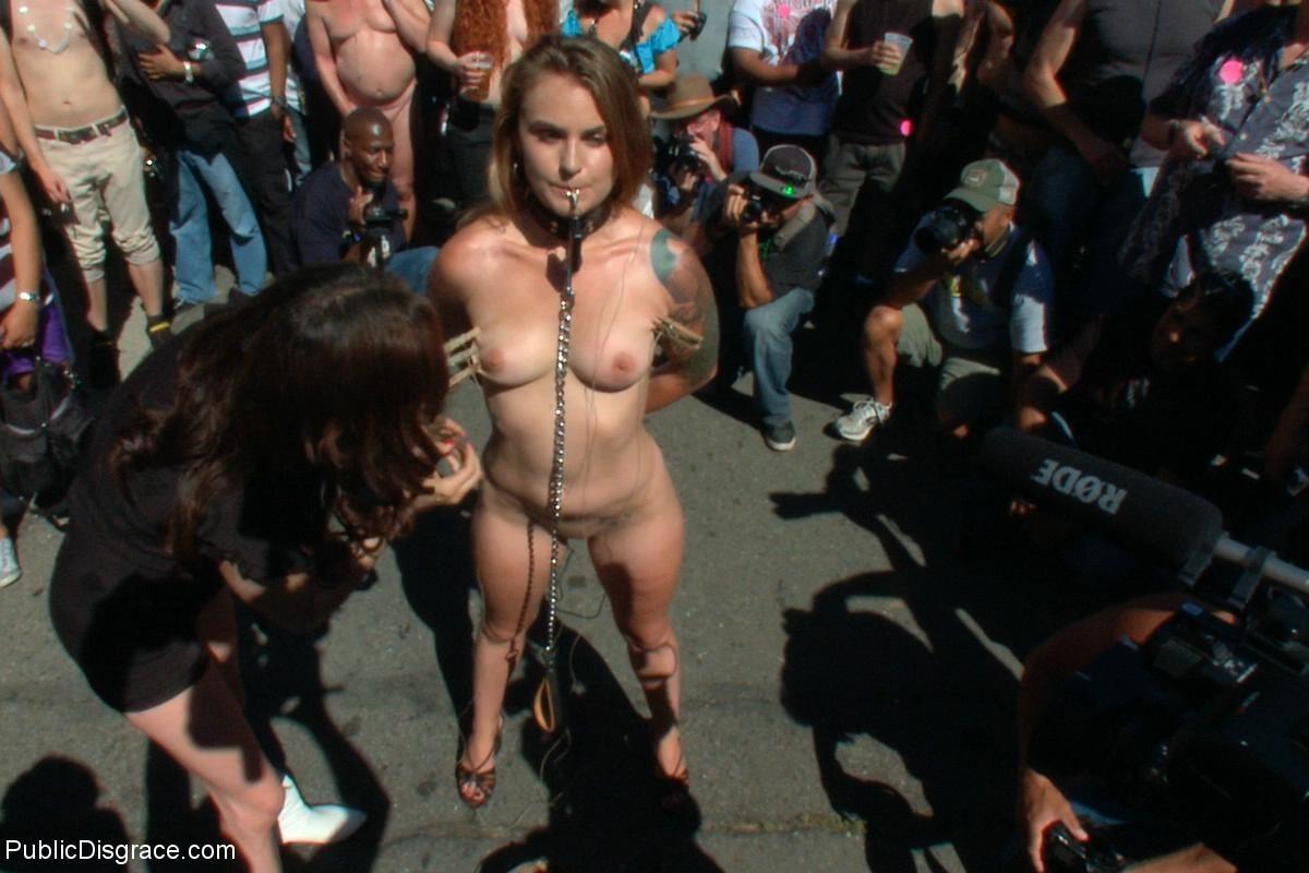 На публике грубо трахают татуированную блондинку с маленькими сиськами