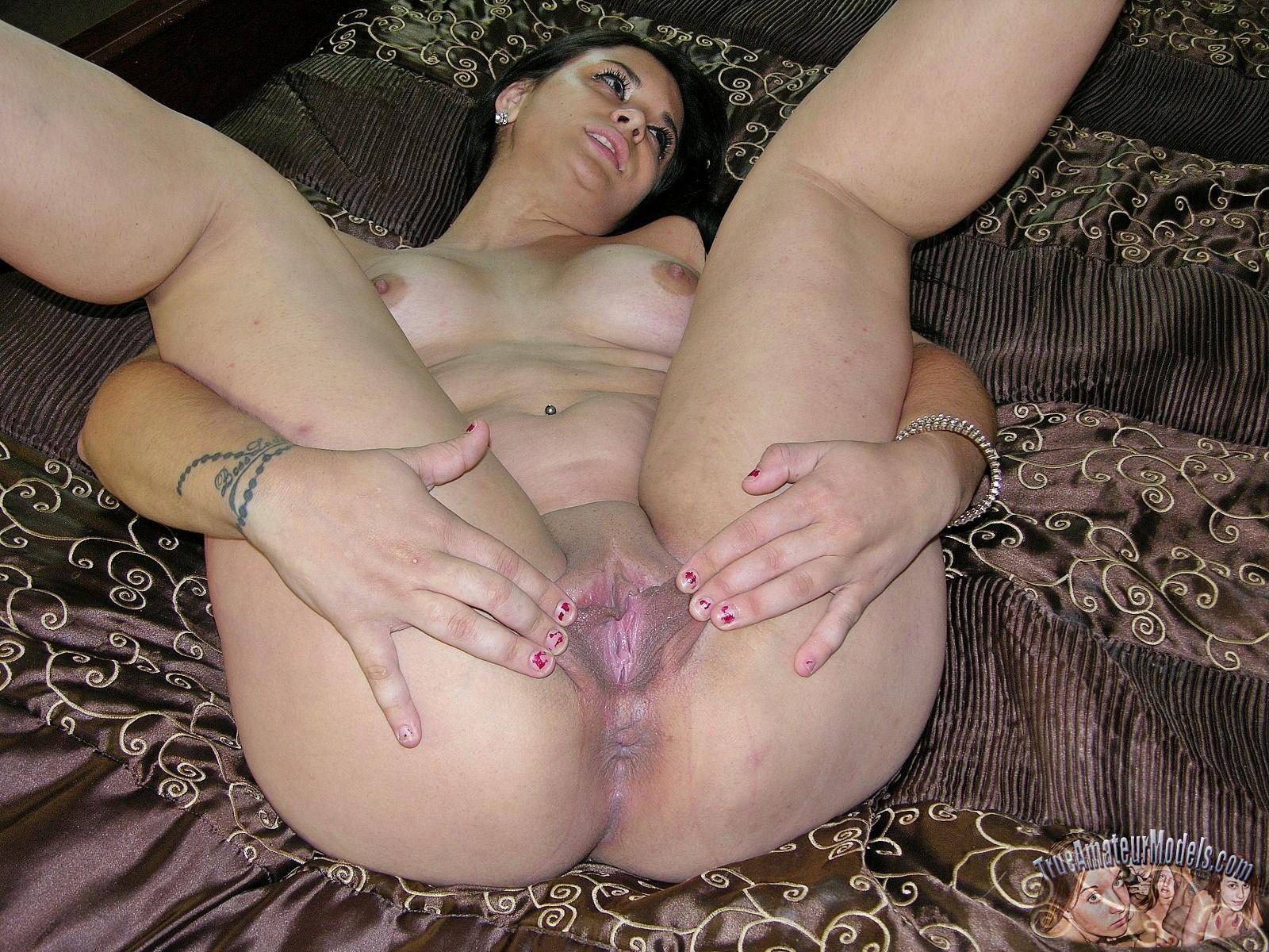 Девчонка с большой попочкой решила показать крупным планом дырки