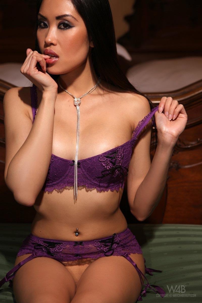 Дэйвон Ким – экзотическая кошечка, которая не сможет оставить никого равнодушным, ее тело слишком сексуально
