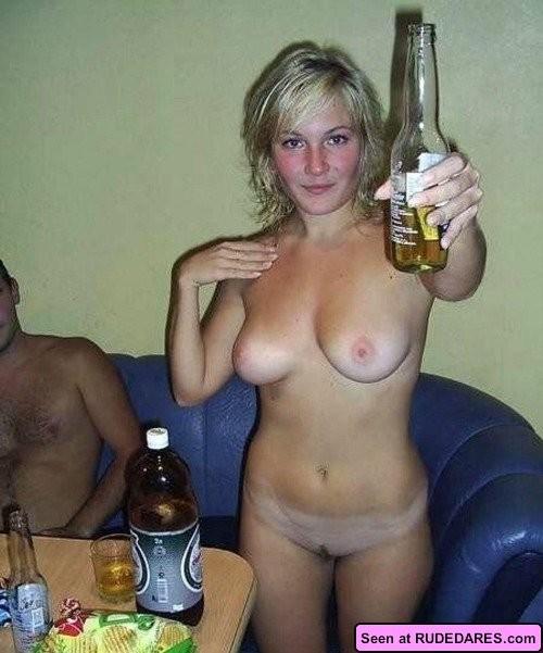 Пьяные голые девки позволяют мужикам лапать себя и сидят у них на коленях