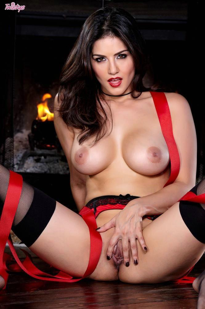 Сладенькая Сани Ленонс оголила свое тело для порно журнала