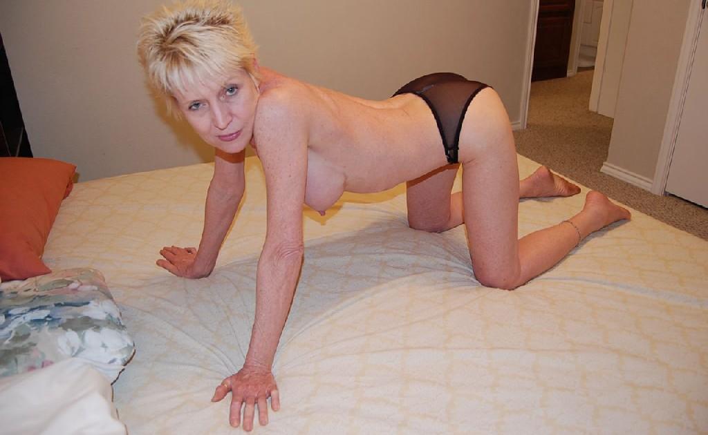 Опытная блондинка в голом виде показывает свои принадлежности