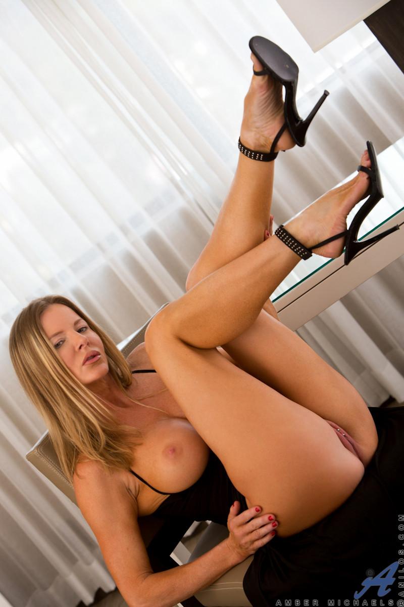Элегантная красотка показывает красивую фигурку, вставляя в нее прозрачный длинный фаллос