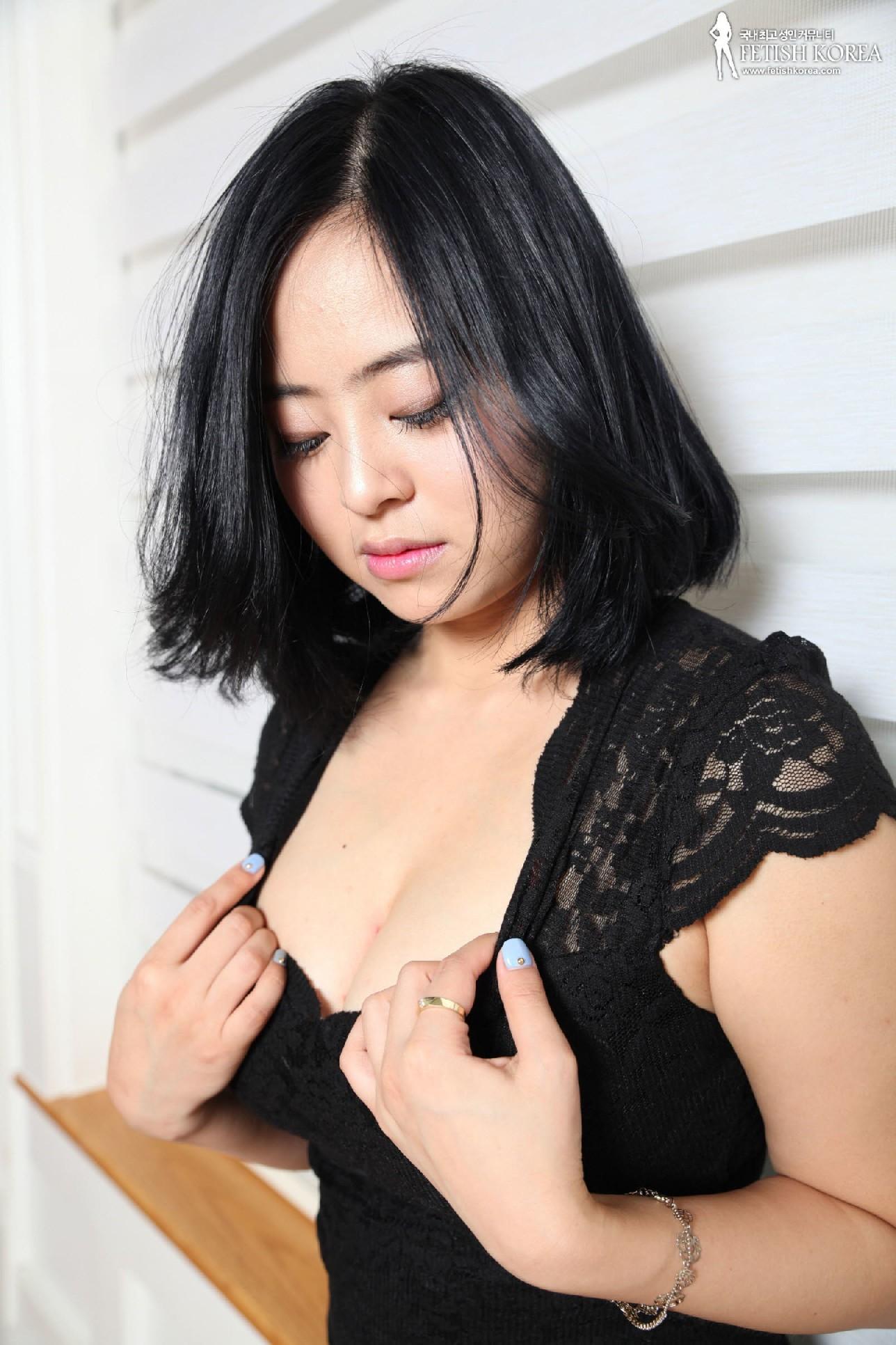 Красивая милашка азиатской внешности сбрасывает с себя лишнюю одежду и показывает грудь