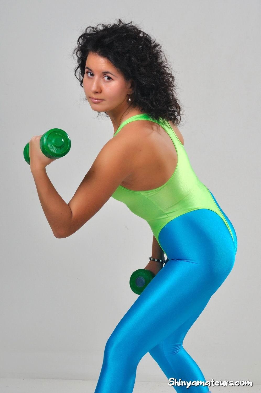 Симпатичные телки регулярно занимаются фитнесом, при этом они так сексуально выглядят в лосинах и обтягивающих спортивных костюмах