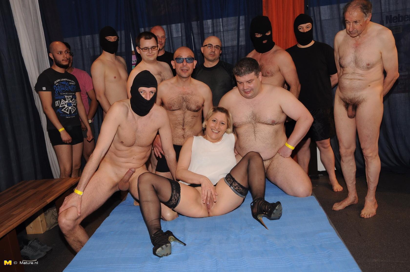 Зрелые мадамы в стриптиз клубе сосут члены и облизывают сперму с лица