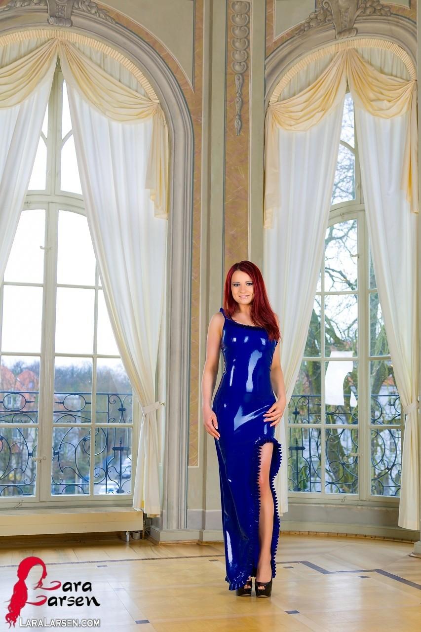 Лара Ларсен показывает себя, позируя в длинном синем платье и не снимает его, специально дразня