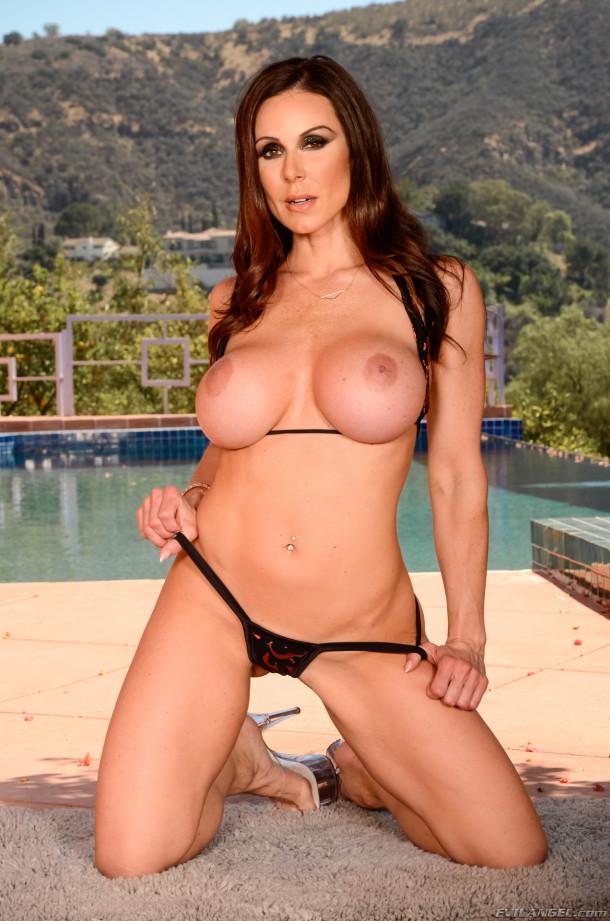 Сексуальная Кендра Ласт показывает фотографу свои большие сиськи и ждет, когда он, наконец, ее выебет в жопу