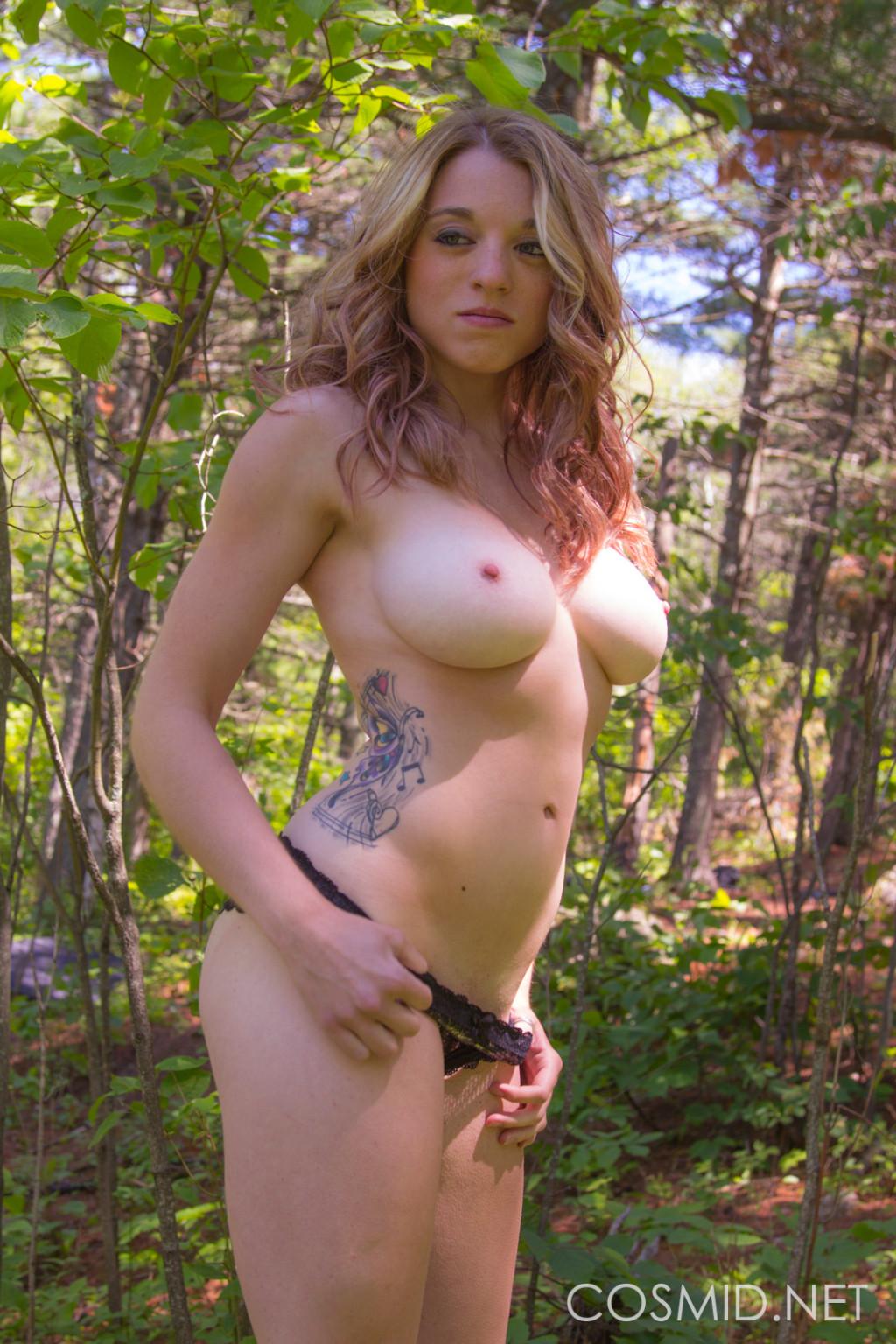 Девушка оказывается на природе и сразу же решается раздеться перед камерой