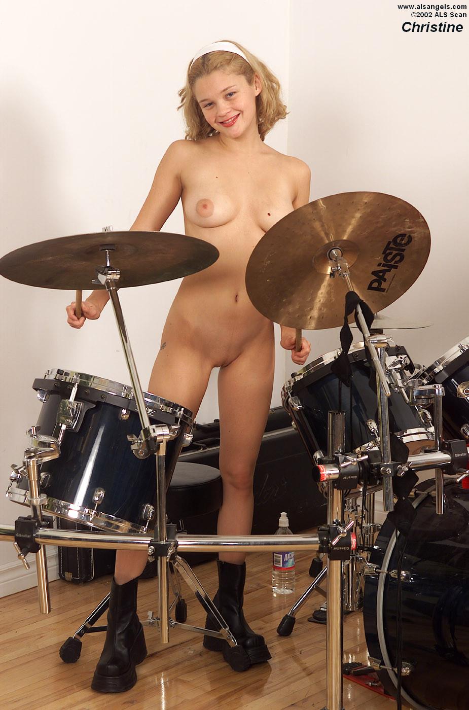Молодая красотка играет на барабанах, а потом находит маленькую бутылочку и вставляет ее в себя