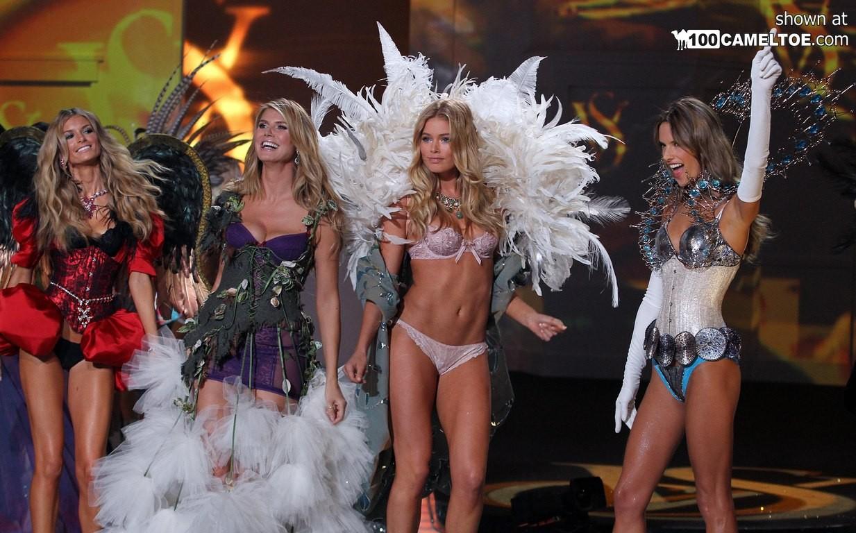 На конкурсе красоты выступают очень красивые модели в сексуальном белье