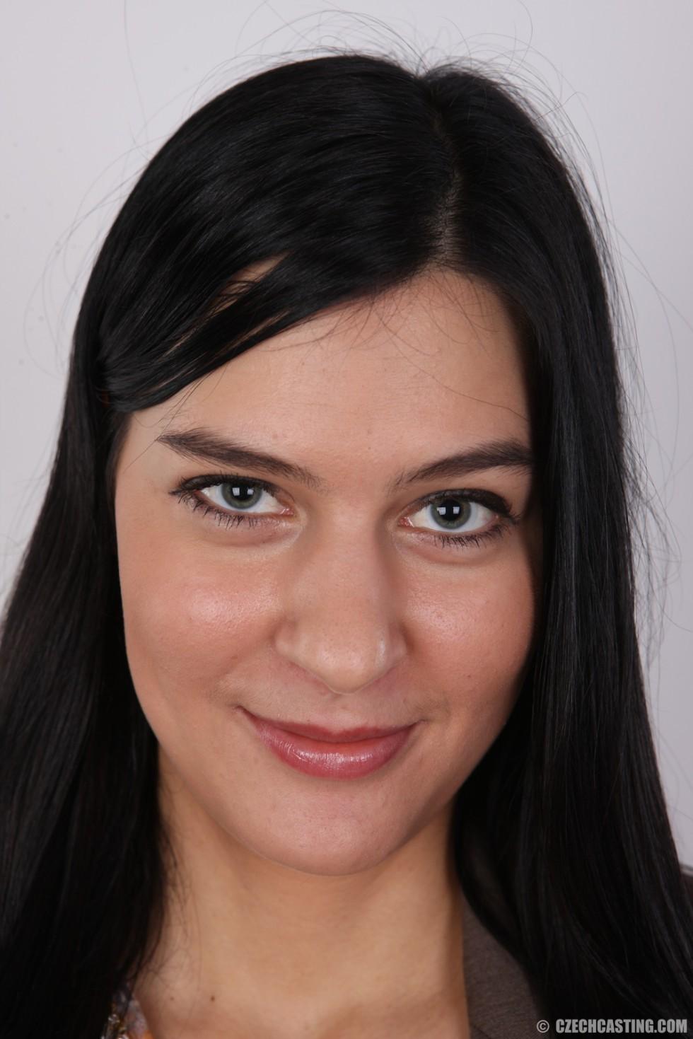 На чешский порно кастинг приперлась привлекательная брюнетка с волосами на лобке