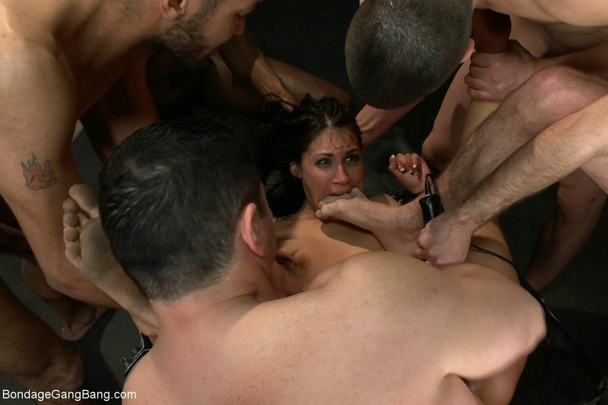 Отчаянная брюнетка соглашается на секс с несколькими мужчинами - ее дерут ее во все щели
