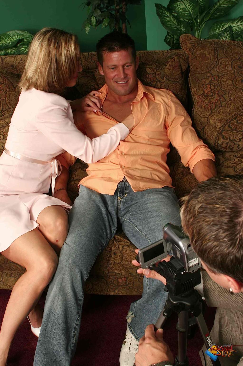 На осмотре нового семейного гнезда мужику предложили за бабки выебать жену