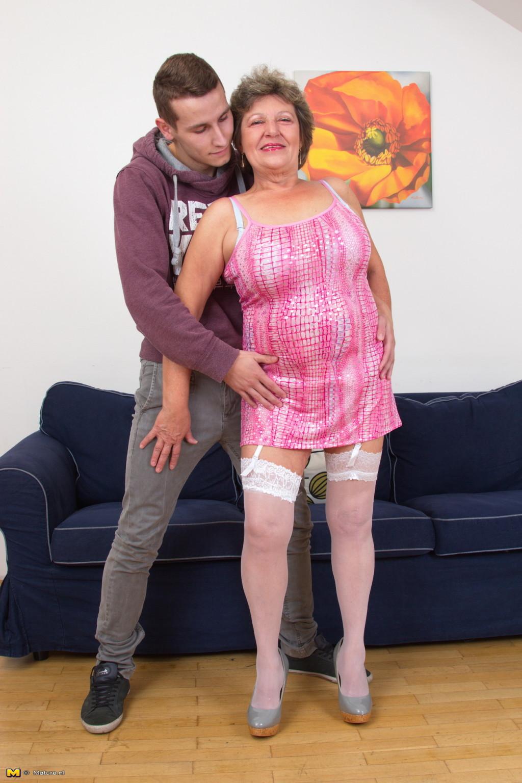 Пожилая женщина оказывается в обществе молодого парня и дает себя трогать во всех местах