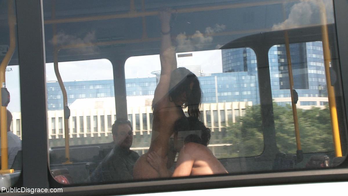 Парнишка начал жарить её в автобусе а после вывез в лес и кончил на грудь