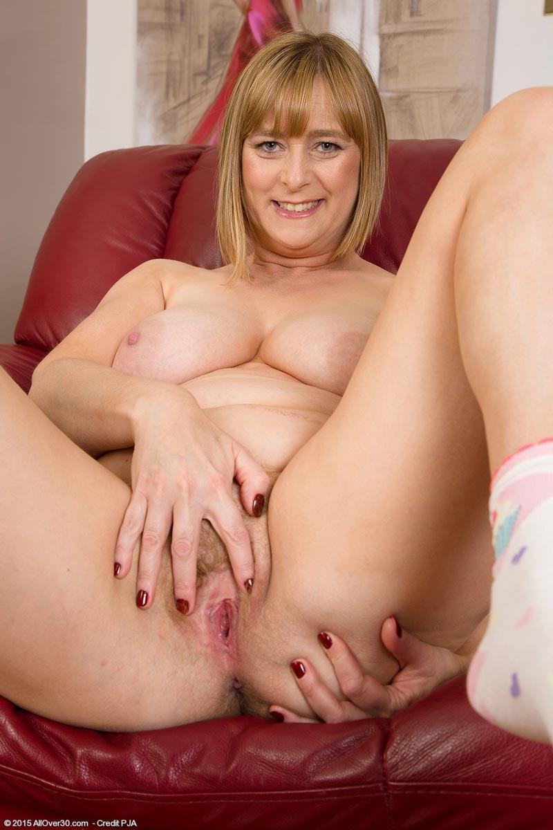 Зрелая мадам на диване показывает свою рыхлую пизду и старую грудь