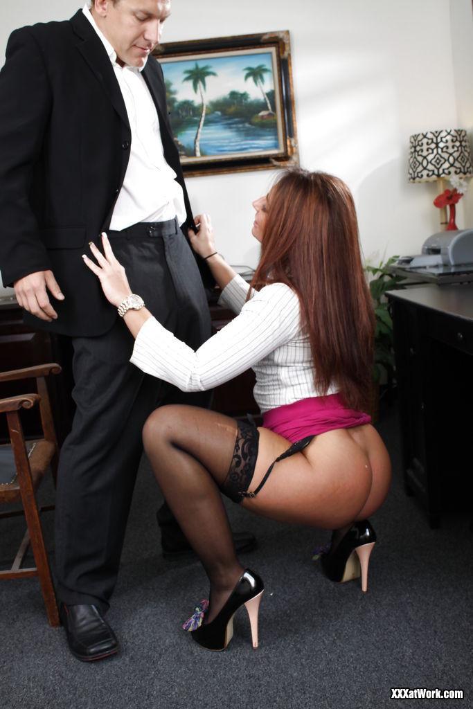 Саванна Фокс – очень соблазнительная особа, поэтому мужчина быстро возбуждается и устраивает ей хороший секс