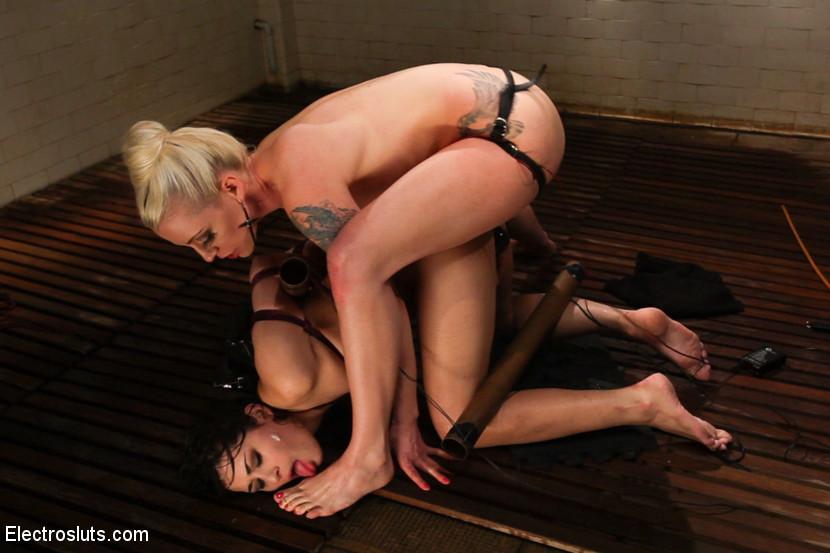 Блондиночка доставляет боль бедной темноволосой потаскушке