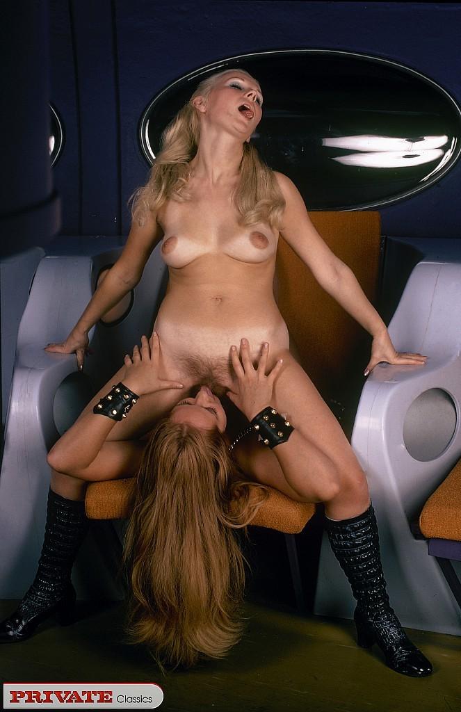 Две девушки в необычной обстановке соблазняют одного мужчину и набрасываются на него с ласками