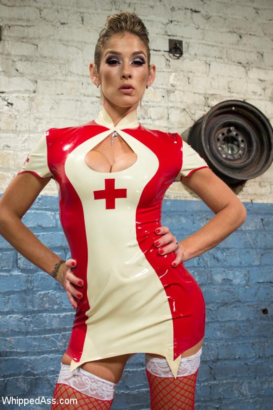 Привлекательная блондинка в костюме медсестры любит, когда ее связывают засовывают руку в пизду