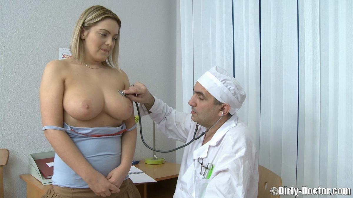 Упитанная блондинка с большими сиськами пришла на прием к терапевту и трахнулась  ним в разных позах