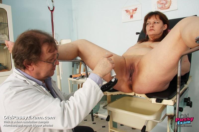 Зрелая Светлана приходит на прием к гинекологу, раздвигает ноги и показывает с себя со всех сторон