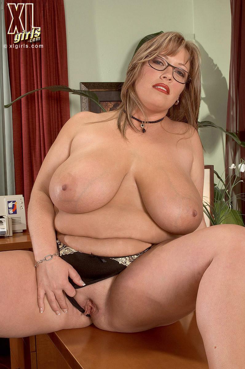 Женщина с огромными формами просто поражает своей внешностью, у нее нереальные объемы