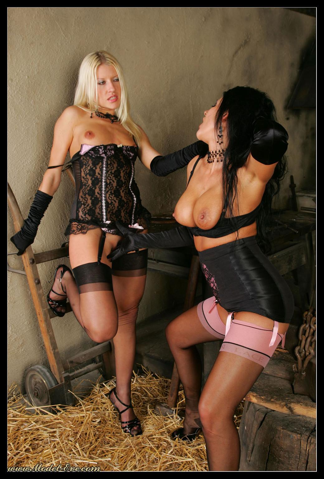 В старом заброшенном сарае две горячих лесбиянки лижут друг другу пизду