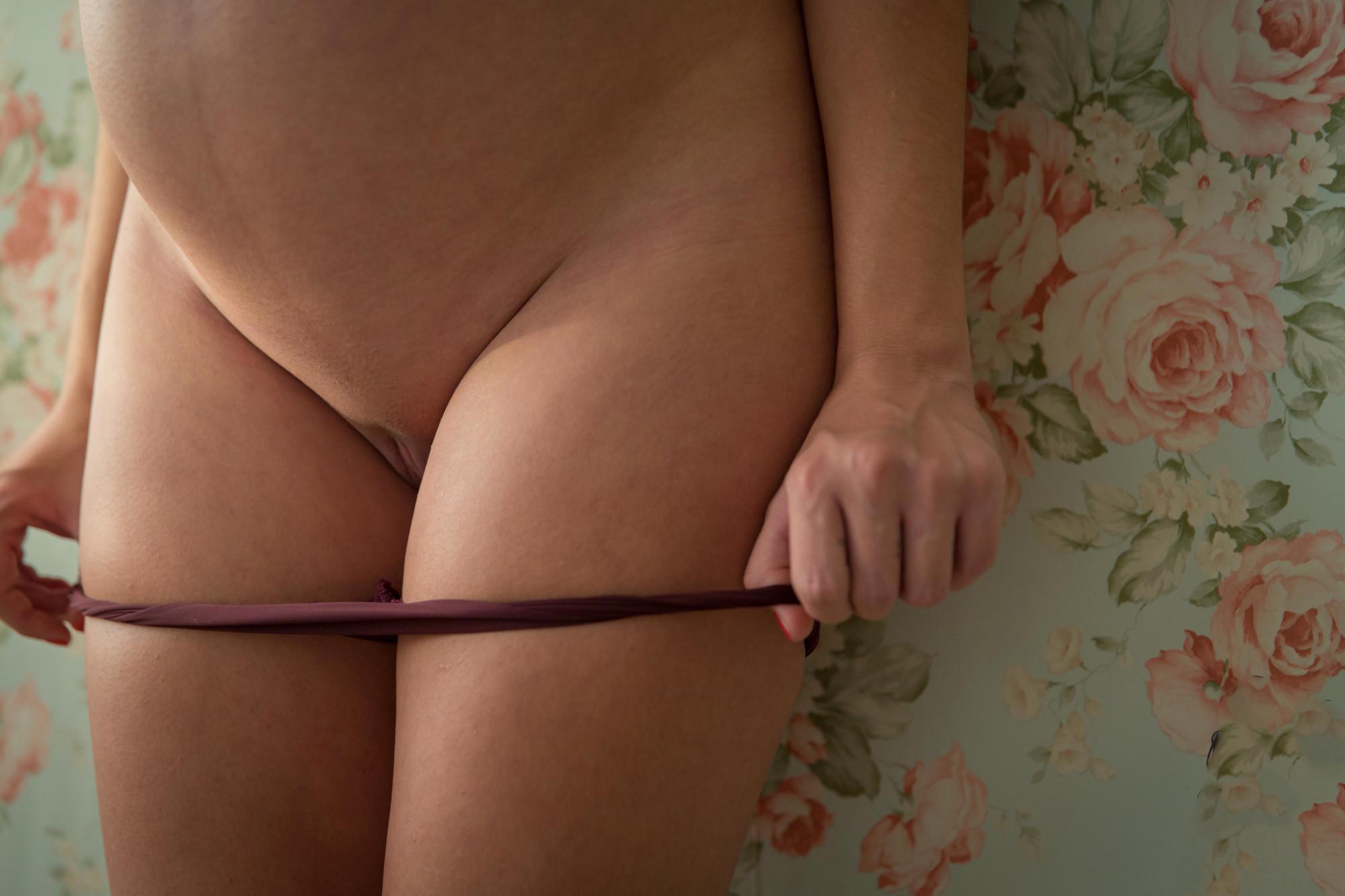 Сексуальная брюнетка с беременным животиком показывает себя с разных сторон, демонстрируя свою привлекательность