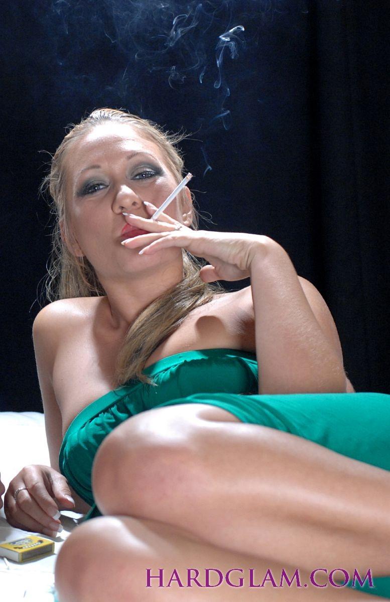 Курящая праститутка