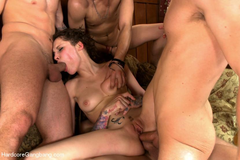 Брюнетка не ожидала, что ее босс придет пьяный и будет трахать ее во все щели со своими друзьями